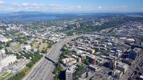 Vue aérienne des bâtiments de Seattle, du lac union et de l'I-5 du centre salut Image stock