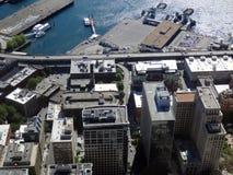 Vue aérienne des bâtiments du centre de Seattle, terminal du ferry, port, Image libre de droits