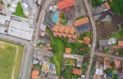 Vue aérienne des bâtiments du centre serrés Image libre de droits