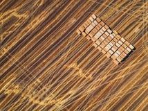 Vue aérienne des balles de champ et de foin de récolte Photo stock