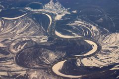 Vue aérienne des bancs de glace flottant dans un fleuve Image libre de droits
