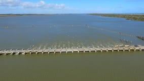 Vue aérienne des barrages de Goolwa banque de vidéos