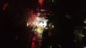 Vue aérienne des camions de pompiers et de l'appareil sur la scène du feu de Chambre banque de vidéos