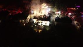 Vue aérienne des camions de pompiers et de l'appareil sur la scène du feu de Chambre clips vidéos