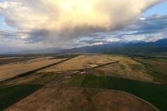 Vue aérienne des champs, des montagnes et de la route Image stock