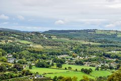Vue aérienne des champs verts autour de Glendalough en Irlande photos stock