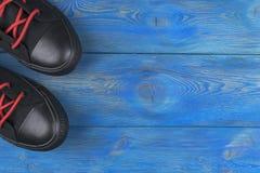 Vue aérienne des chaussures sur le plancher en bois bleu Chaussures sur un fond en bois Espadrilles sur un plancher en bois Sport Images stock