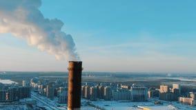 Vue aérienne des cheminées de tabagisme dans une zone résidentielle de la ville au coucher du soleil en hiver clips vidéos