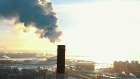 Vue aérienne des cheminées de tabagisme dans une zone résidentielle de la ville au coucher du soleil en hiver banque de vidéos