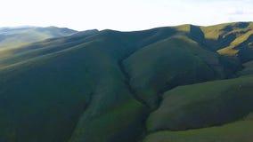 Vue aérienne des collines vertes, du ciel nuageux et du fleuve Ienisseï dans la République de Khakassia Russie clips vidéos