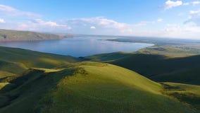 Vue aérienne des collines vertes, du ciel nuageux et du fleuve Ienisseï dans la République de Khakassia Russie banque de vidéos