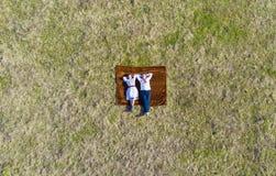 Vue aérienne des couples dans le pré Photo stock