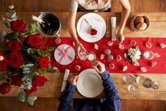 Vue aérienne des couples romantiques au repas de jour de valentines Photographie stock libre de droits