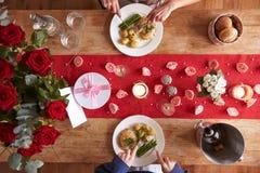 Vue aérienne des couples romantiques au repas de jour de valentines Images libres de droits
