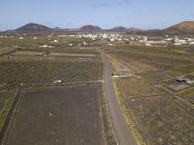 Vue aérienne des cultures de vin sur les sols volcaniques de l'île de Lanzarote Les Îles Canaries, Espagne Production vinicole  image stock