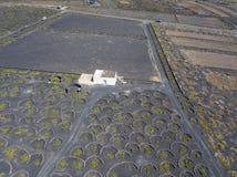 Vue aérienne des cultures de vin sur les sols volcaniques de l'île de Lanzarote Les Îles Canaries, Espagne Production vinicole  photo stock
