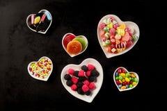 Vue aérienne des cuvettes en forme de coeur avec la sucrerie Image libre de droits