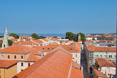Vue aérienne 2 des dessus de toit de terre cuite dans la vieille ville de Zadar, Croatie image stock