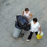 Vue aérienne des femmes de nettoyage travaillantes, Portugal Photographie stock libre de droits