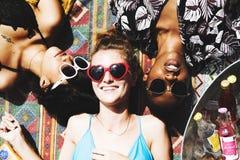 Vue aérienne des femmes diverses se trouvant sous le soleil Photographie stock libre de droits
