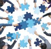 Vue aérienne des gens d'affaires rapiéçant des morceaux de puzzle Photographie stock