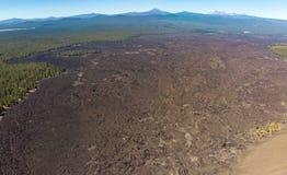 Vue aérienne des gisements de lave entourant le cône de cendre de Lava Butte photos stock