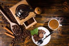 Vue aérienne des grains de café par la broyeur et la tasse Image stock
