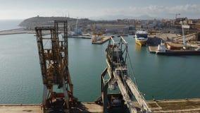 Vue aérienne des grues de port maritime sur le pilier clips vidéos
