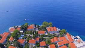 Vue aérienne des hôtels sur l'île, Monténégro, Sveti Stefan 10 banque de vidéos