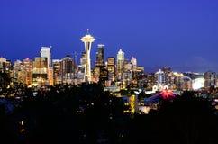 Vue aérienne des horizons de Seattle pendant l'heure bleue images libres de droits