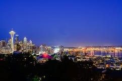 Vue aérienne des horizons de Seattle pendant l'heure bleue photo stock