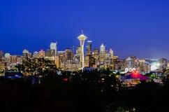 Vue aérienne des horizons de Seattle pendant l'heure bleue images stock