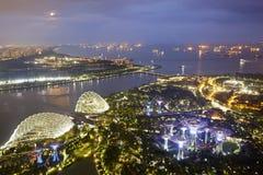 Vue aérienne des jardins par la baie dans la nuit de lune, Singapour images stock