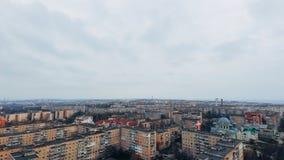 Vue aérienne des maisons à plusiers étages blocky tristes dans une petite ville photo libre de droits