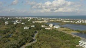 Vue aérienne des maisons de fantaisie, volant au-dessus de la ville et de la plage 4K clips vidéos