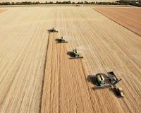 Vue aérienne des moissonneuses dans la formation image libre de droits
