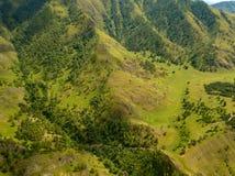 Vue aérienne des montagnes avec l'herbe verte et des arbres avec le sort photo stock