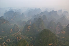 Vue aérienne des montagnes brumeuses de karst dans GuangXi Photo stock