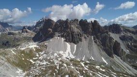 Vue aérienne des montagnes de dolomites en Italie banque de vidéos