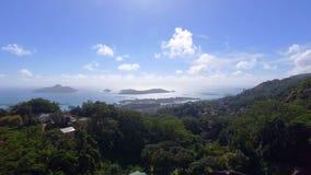 Vue aérienne des montagnes et de l'océan de sans le point de vue de Souci, Seychelles 2 banque de vidéos