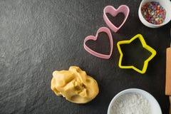 Vue aérienne des moules avec des sucreries en cuvette et pâte Photos stock