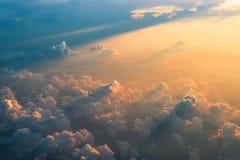 Vue aérienne des nuages au coucher du soleil photographie stock libre de droits