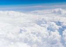Vue aérienne des nuages de blanc et du ciel bleu illustration stock