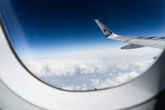 Vue aérienne des nuages de blanc et du ciel bleu photographie stock libre de droits