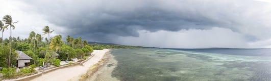 Vue aérienne des nuages de tempête et de la station de vacances tropicale en Indonésie Photo libre de droits