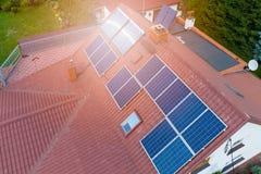Vue aérienne des panneaux solaires photovoltaïques Photographie stock libre de droits