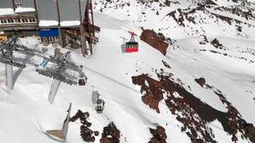 Vue aérienne des pentes de funiculaire et de ski dans les hautes montagnes du Caucase dans la station de vacances d'Elbrus pendan clips vidéos