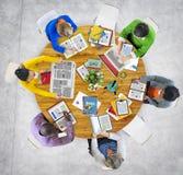 Vue aérienne des personnes avec le concept de dispositifs de Digital Illustration Libre de Droits