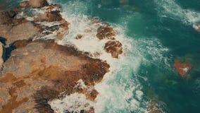 Vue aérienne des personnes inconnues pêchant au bord de la mer méditerranéen rocheux en Espagne banque de vidéos