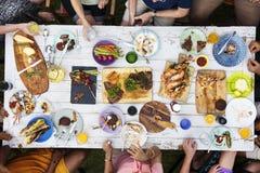 Vue aérienne des personnes mangeant de la nourriture ensemble Image libre de droits